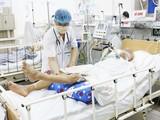Bác sĩ tại Trung tâm Chống độc, Bệnh viện Bạch Mai thăm khám cho bệnh nhân ngộ độc botulinum (Ảnh: Thành Dương)