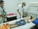Một số học sinh đang nằm điều trị tại Bệnh viện Đa khoa Đông Anh sau khi ăn trưa tại trường. (Ảnh: SYT Hà Nội)