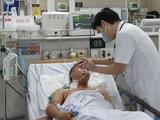 TS.BS. Nguyễn Tiến Dũng - Trung tâm Chống độc, Bệnh viện Bạch Mai khám bệnh cho một bệnh nhân ngộ độc methanol (Ảnh: Mai Thanh)