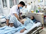 Bác sĩ khám bệnh cho bệnh nhân bị ngộ độc sau khi uống viên thuốc nam trị tiểu đường (Ảnh: Văn Phong)