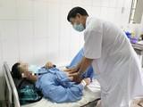 Bác sĩ chăm sóc cho bệnh nhân bị gãy dương vật vì thói quen kì lạ (Ảnh: BVCC)