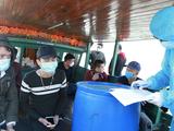 Cơ quan chức năng tiến hành lấy lời khai, lập biên bản của 8 người trốn cách ly y tế (Ảnh: Hồng Phương)