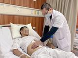Bác sĩ khám bệnh cho anh S. sau phẫu thuật (Ảnh: BVCC)