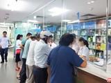 Người dân xếp hàng chờ mua thuốc ở bệnh viện (Ảnh: Minh Thuý)