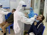 Nhân viên y tế lấy mẫu xét nghiệm COVID-19 cho người dân (Ảnh - SYT)