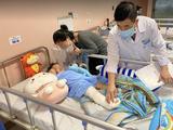 Bác sĩ kiểm tra tình hình sức khoẻ của bé H. (Ảnh - BVCC)