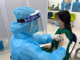 Nhân viên y tế tiêm vaccine phòng COVID-19 cho các y, bác sĩ (Ảnh - Tuấn Dũng)