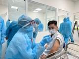 Nhân viên y tế chuẩn bị tiêm vaccine (Ảnh - Tuấn Dũng)
