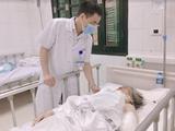 Bác sĩ kiểm tra sức khoẻ cụ bà bị chó tấn công (Ảnh - BVCC)