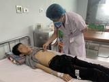 Bác sĩ khám cho bệnh nhi bị suy gan cấp (Ảnh - BVCC)