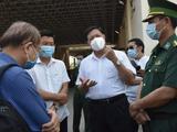 Thứ trưởng Đỗ Xuân Tuyên kiểm tra công tác phòng, chống dịch tại cửa khẩu Mộc Bài (Ảnh - Khôi Nguyễn)