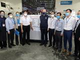Thứ trưởng Bộ Y tế Đỗ Xuân Tuyên đã trực tiếp đến sân bay Nội Bài đón nhận lô vaccine phòng COVID-19 của AstraZeneca (Ảnh - Trần Minh)