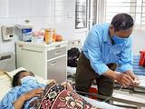 Chồng bà H. chăm sóc cho bà tại bệnh viện (Ảnh - BVCC)
