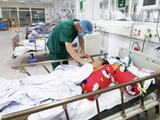 Bác sĩ khám bệnh cho bệnh nhân bị ngộ độc methanol (Ảnh - BVCC)