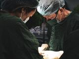 Các bác sĩ phẫu thuật cho sản phụ (Ảnh - BVCC)