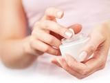 Người dân cần cẩn trọng khi sử dụng các loại kem dưỡng trắng da, chống nắng (Ảnh minh hoạ)