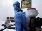 Nhân viên y tế phun khử khuẩn phòng khách sạn (Ảnh- SYT tỉnh Yên Bái)