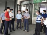 GS.TS. Nguyễn Quang Tuấn - Giám đốc Bệnh viện Bạch Mai- kiểm tra công tác chuẩn bị điều trị cho bệnh nhân COVID-19 ở Bệnh viện Bạch Mai cơ sở 2 (Ảnh - BVCC)