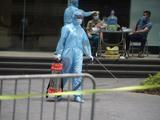 Nhân viên y tế chuẩn bị phun khử khuẩn phòng COVID-19 (Ảnh - Minh Nhân)