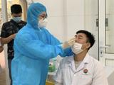 Các bác sĩ ở Bệnh viện Phổi Trung ương được lấy mẫu xét nghiệm COVID-19 (Ảnh - BVCC)