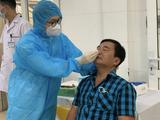 Nhân viên y tế lấy mẫu xét nghiệm COVID-19 cho viên chức, người lao động, bác sĩ ở Bệnh viện Phổi Trung ương (Ảnh - BVCC)