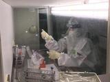 Nhân viên y tế làm việc trong phòng xét nghiệm COVID-19 (Ảnh - BYT)
