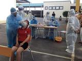 Nhân viên y tế lấy mẫu xét nghiệm COVID-19 cho người dân Bắc Giang (Ảnh - BYT)
