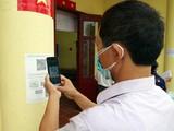 Người dân quét mã QR để khai báo y tế (Ảnh - Anh Tuấn)