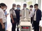 Thứ trưởng Bộ Y tế Nguyễn Trường Sơn kiểm tra đột xuất tiến độ hoàn thiện của Trung tâm hồi sức tích cực (Ảnh - Ngọc Mai)
