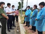 Thứ trưởng Bộ Y tế Đỗ Xuân Tuyên trao đổi với lãnh đạo phường Khắc Niệm về thực hiện công tác phong tỏa trên địa bàn (Ảnh - Anh Tuấn)