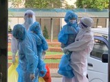 Trẻ nhỏ được đưa đi cách ly phòng COVID-19 (Ảnh - Ngọc Mai)