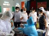 Thứ trưởng Bộ Y tế Nguyễn Trường Sơn và lãnh đạo Sở Y tế Bắc Giang kiểm tra công tác tiêm chủng tại huyện Lạng Giang (Ảnh - Đức Duy)