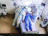 Bác sĩ điều trị cho bệnh nhân mắc COVID-19 nặng ở Trung tâm hồi sức tích cực tại Bệnh viện Tâm thần tỉnh Bắc Giang (Ảnh - Ngọc Mai)