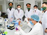 Chủ tịch Quốc hội Vương Đình Huệ kiểm tra tiến độ nghiên cứu vaccine phòng COVID-19 ở Học viện Quân Y (Ảnh - Quốc Chính)
