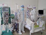 Bác sĩ điều trị cho bệnh nhân COVID-19 nặng (Ảnh - Ngọc Mai)