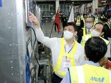 Bộ trưởng Bộ Y tế Nguyễn Thanh Long trực tiếp kiểm tra lô vaccine (Ảnh - Trần Minh)
