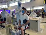 Nhân viên y tế lấy mẫu xét nghiệm COVID-19 cho người dân tại sân bay (Ảnh - BYT)