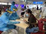 Người dân khai báo y tế ở sân bay (Ảnh - BYT)