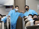 Trên chuyến bay về nước, đội tuyển Việt Namđược bố trí tại một khoang riêng, mặc trang bị phòng hộ trong suốt hành trình bay và cho tới khi về tới địa điểm cách ly tập trung y tế (Ảnh VFF)
