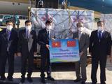 Ông Hùng Ba - Đại sứ đặc mệnh toàn quyền nước Cộng hoà nhân dân Trung Hoa trao lô hàng giúp đỡ Chính phủ và nhân dân Việt Nam phòng chống dịch (Ảnh - Trần Minh)