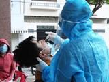 Nhân viên y tế lấy mẫu xét nghiệm COVID-19 (Ảnh - Diễm Hằng)