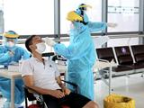 Nhân viên y tế lấy mẫu xét nghiệm COVID-19 cho người dân (Ảnh - Xuân Hải)