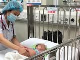 Bác sĩ chăm sóc cho một bệnh nhi đang điều trị ở Bệnh viện Nhi Trung ương (Ảnh - BVCC)