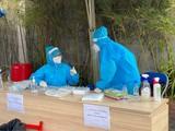 Nhân viên y tế lấy mẫu xét nghiệm cho người dân (Ảnh - BYT)