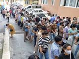 Người dân xếp hàng tiêm vaccine phòng COVID-19