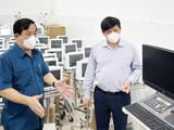 Bộ trưởng Bộ Y tế Nguyễn Thanh Long cùng Cục trưởng Cục Quản lý Khám, chữa bệnh Lương Ngọc Khuê kiểm tra các trang thiết bị y tế được chuyển cho trung tâm hồi sức tích cực (Ảnh - NH)