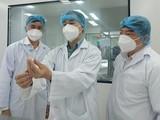 Các chuyên gia kiểm tra vaccine phòng COVID-19 (Ảnh - Anh Văn)