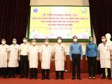 GS. TS. Trần Bình Giang -Giám đốc Bệnh viện Hữu nghị Việt Đức (thứ 5 từ phải sang) tiễn đoàn công tác lên đường thực hiện nhiệm vụ tại trung tâm hồi sức tích cực ở TP. HCM (Ảnh - BVCC)