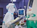 Bác sĩ trực cấp cứu cho bệnh nhân mắc COVID-19 (Ảnh - Khôi Nguyễn)