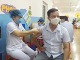 Nhân viên y tế tiêm vaccine phòng COVID-19 cho đối tượng ưu tiên (Ảnh - SYTHN)